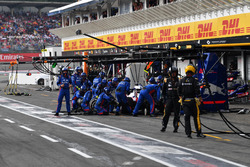 Brendon Hartley, Scuderia Toro Rosso STR13, make a pit stop