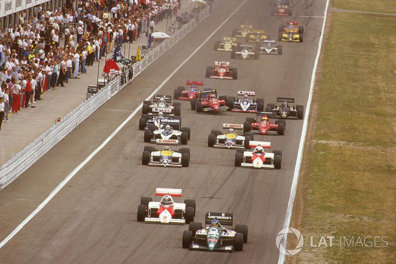 Однако начало гонки вышло для McLaren предельно неудачным. Рывок Айртона Сенны (не попал на фото) с третьей позиции оставил Росберга с Простом не у дел, следом обоих еще до первого поворота опередил и Бергер (№20). В глубине пелотона гонщик Ferrari Стефан Йоханссон налетел на колесо Ligier Филиппа Альо…