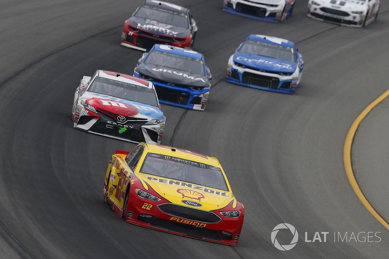 Joey Logano, Team Penske, Ford Fusion Shell Pennzoil e Kyle Busch, Joe Gibbs Racing, Toyota Camry M&M's Red White & Blue