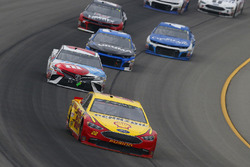 Joey Logano, Team Penske, Ford Fusion Shell Pennzoil and Kyle Busch, Joe Gibbs Racing, Toyota Camry M&M's Red White & Blue