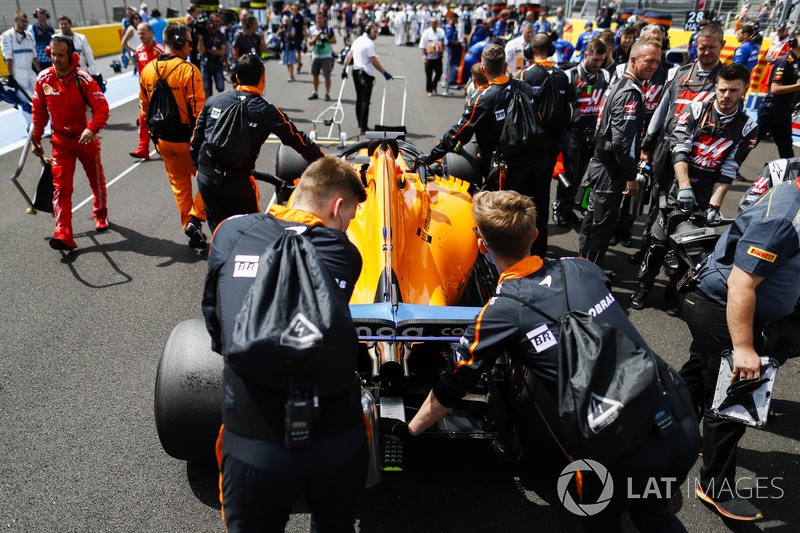 Fernando Alonso, McLaren MCL33, arrives on the grid