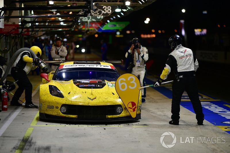 Pit stop #63 Corvette Racing Chevrolet Corvette C7.R: Jan Magnussen, Antonio Garcia, Mike Rockenfeller