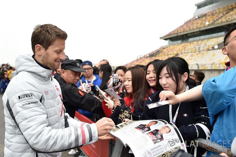 Romain Grosjean, Haas F1, signe des autographes