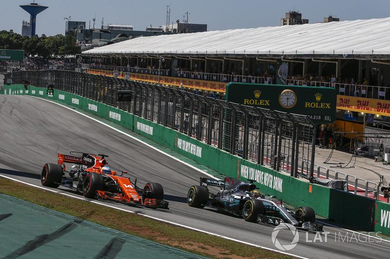 Fernando Alonso, McLaren MCL32 ve Lewis Hamilton, Mercedes-Benz F1 W08 pozisyon mücadelesi
