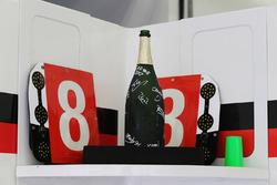 La bouteille de champagne des vainqueurs Sébastien Buemi, Anthony Davidson, Kazuki Nakajima, Toyota Gazoo Racing