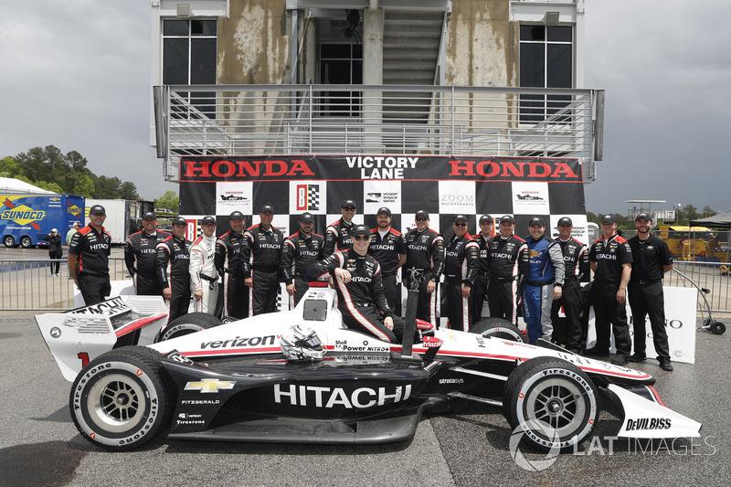 Josef Newgarden, Team Penske Chevrolet, sur le podium avec son équipe