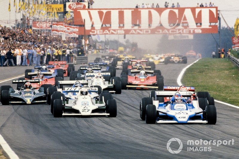 Patrick Depailler, Ligier JS11 Ford prend la tête devant Alan Jones, Williams FW07 Ford, Nelson Piquet, Brabham BT48 Alfa Romeo et son coéquipier et détenteur de la pole, Jacques Laffite, Ligier JS11 Ford