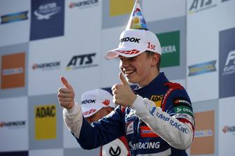 Podio: il vincitore della gara Robert Shwartzman, PREMA Theodore Racing Dallara F317 - Mercedes-Benz