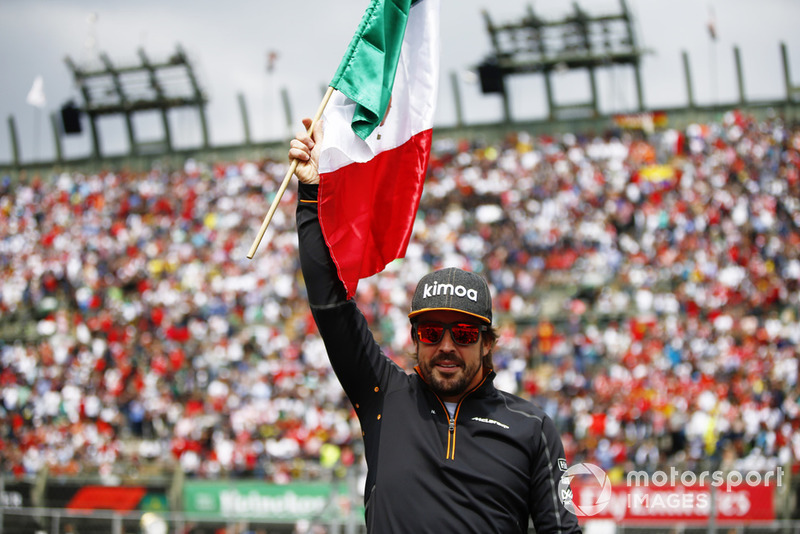 Fernando Alonso, McLaren, con una bandera mexciana