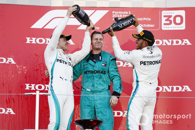 Le vainqueur Lewis Hamilton, Mercedes AMG F1, et le second Valtteri Bottas, Mercedes AMG F1, avec le champagne sur le podium