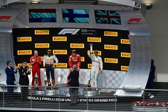 (Da sx a dx): Carlo Santi, ingegnere di pista Ferrari, Max Verstappen, Red Bull Racing, Kimi Raikkonen, Ferrari e Lewis Hamilton, Mercedes AMG F1, festeggiano con i trofei, sul podio