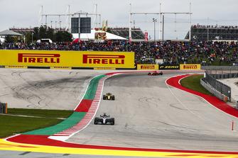 Lewis Hamilton, Mercedes AMG F1 W09 EQ Power+, Nico Hulkenberg, Renault Sport F1 Team R.S. 18, y Kimi Raikkonen, Ferrari SF71H