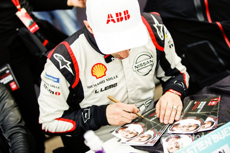 Sébastien Buemi, Nissan e.Dams, signs autographs
