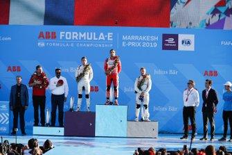 Robin Frijns, Envision Virgin Racing, segundo, Jérôme d'Ambrosio, Mahindra Racing, ganador y Sam Bird, Envision Virgin Racing, tercero