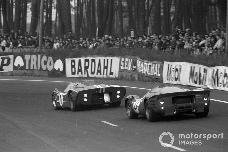 The Gurney/A.J. Foyt Ford leads the Ferrari of Ludovico Scarfiotti and Mike Parkes on the way to 1967 Le Mans 24hr glory.