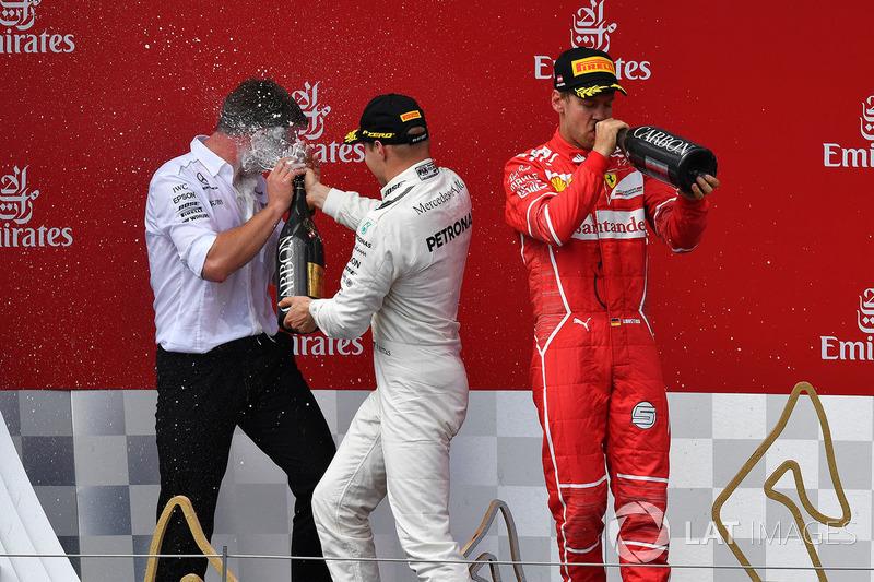 Валттери Боттас, Mercedes AMG F1, и Себастьян Феттель, Ferrari