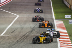 Jolyon Palmer, Renault RS 17, Lance Stroll, Williams FW40, Fernando Alonso, McLaren MCL32, Kevin Magnussen, Haas F1 Team VF-17 Ferrari