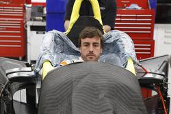 Fernando Alonso haciéndose el asiento