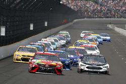 Arrancada: Kyle Busch, Joe Gibbs Racing Toyota Kevin Harvick, Stewart-Haas Racing Ford