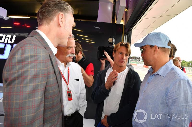 Sean Bratches, Formula One director comercial, Chase Carey, Director Ejecutivo y Presidente Ejecutivo de la Formula One Group y Woody Harrelson, Actor