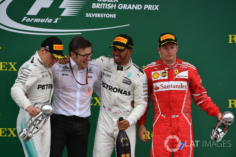 Podio: ganador de la carrera Lewis Hamilton, Mercedes AMG F1, Valtteri Bottas, Mercedes AMG F1 el segundo lugar y tercer lugar Kimi Raikkonen, Ferrari, Peter Bonnington, Mercedes AMG F1 Ingeniero