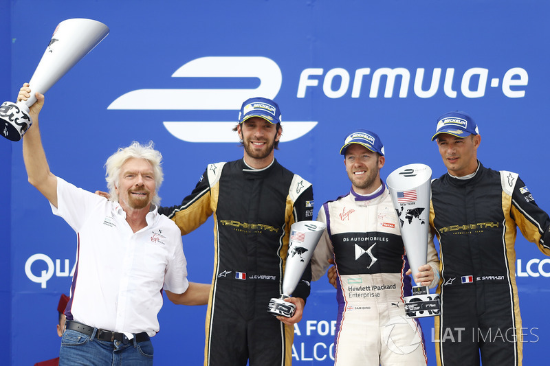 Sir Richard Branson, Jean-Eric Vergne, Techeetah, Sam Bird, DS Virgin Racing, and Stéphane Sarrazin, Techeetah, celebran en el podio