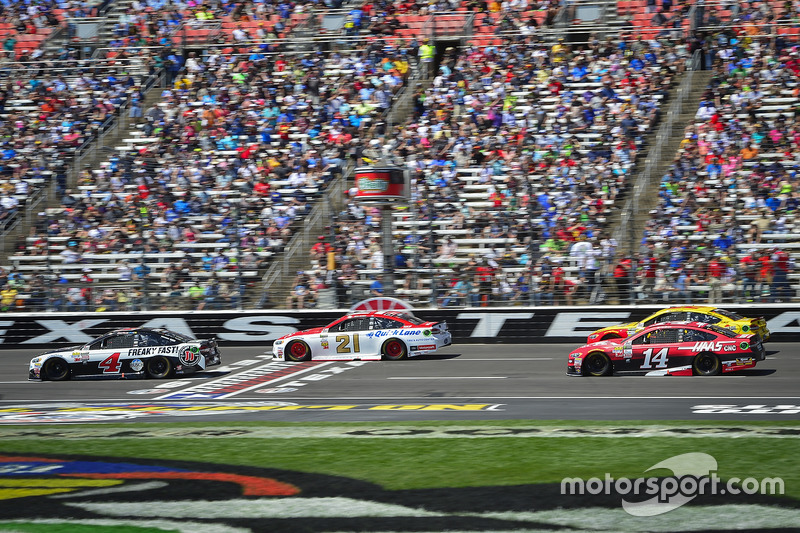 Ryan Blaney, Wood Brothers Racing, Ford; Kevin Harvick, Stewart-Haas Racing, Ford; Joey Logano, Team Penske, Ford; Clint Bowyer, Stewart-Haas Racing, Ford