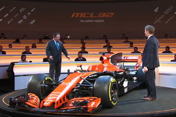 McLaren MCL32 ve Zak Brown, McLaren Executive Director
