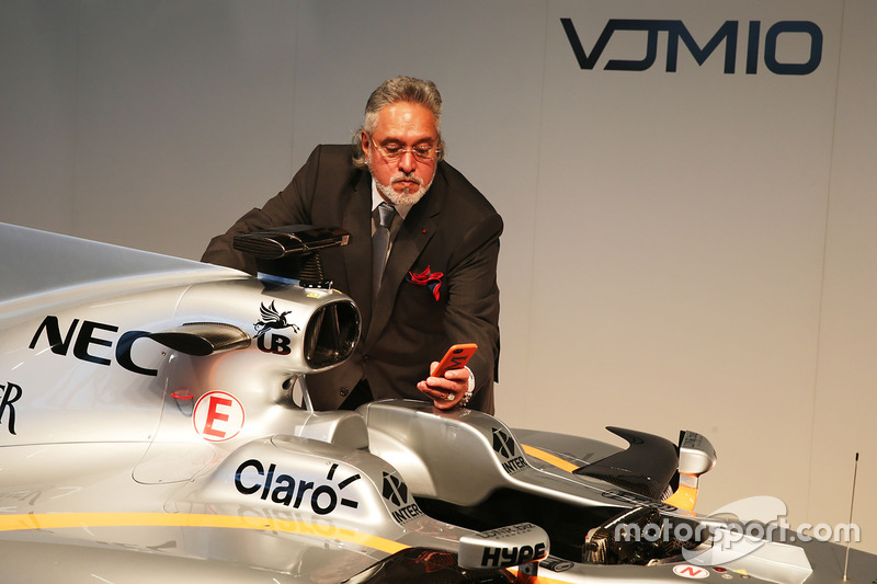 Teambesitzer Vijay Mallya mit dem Force India VJM10