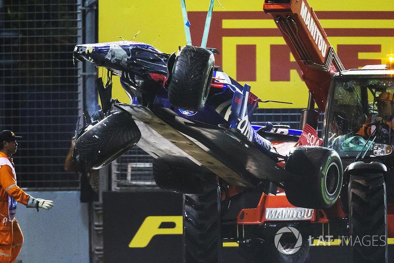 Эвакуация с трассы разбитой Scuderia Toro Rosso STR12 Даниила Квята