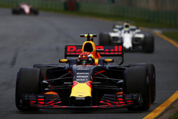 Max Verstappen, Red Bull Racing RB13, delante de Felipe Massa, Williams FW40