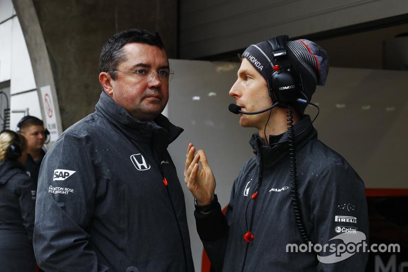 Eric Boullier, director de carrera de McLaren, conversa con un compañero durante la cancelada FP2