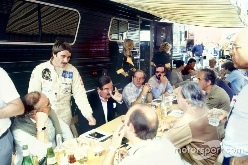Nigel Mansell, Lotus 91-Ford, avec la presse britannique dont Nigel Roebuck, Murray Walker, John Blunsden, Maurice Hamilton et Innes Ireland