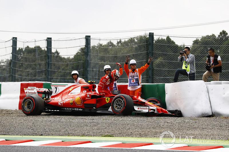 Kimi Raikkonen, Ferrari SF70H, sale del monoplaza tras su accidente