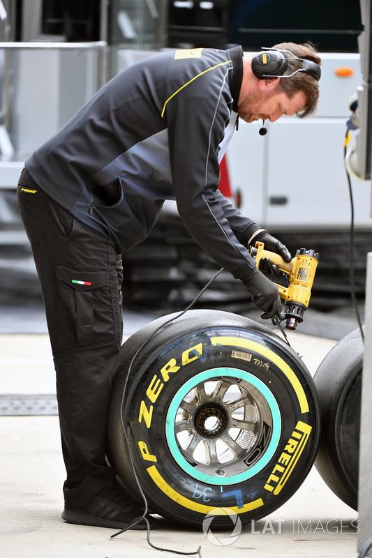 Pirelli-Reifentechniker mit Pirelli-Reifen