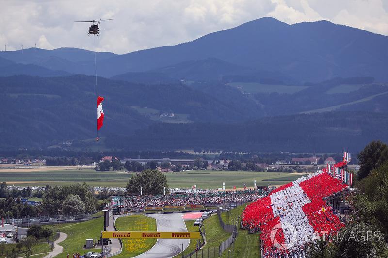 Гелікоптер, прапор Австрії, трибуни