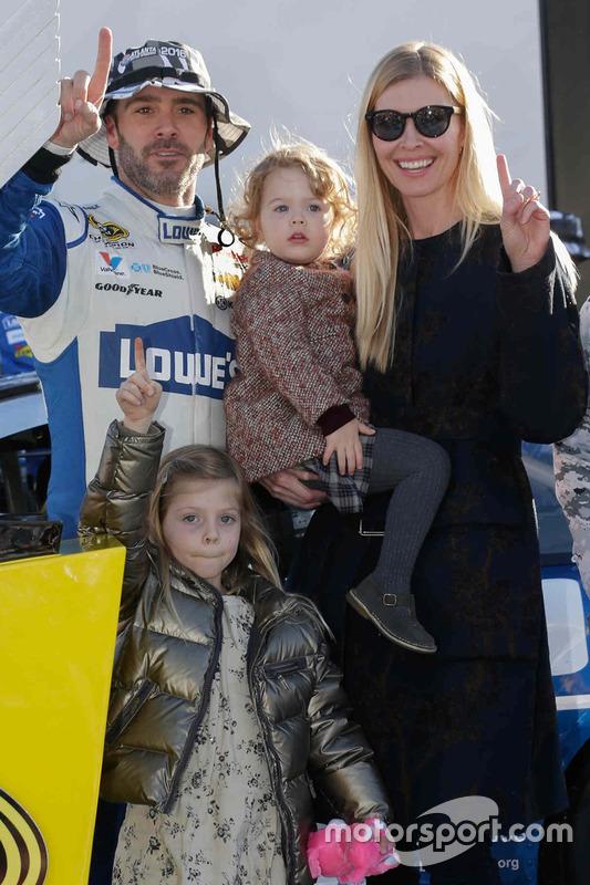 Le vainqueur Jimmie Johnson, Hendrick Motorsports Chevrolet fête sa victoire avec sa femme Chandra et ses filles Genevieve et Lydia