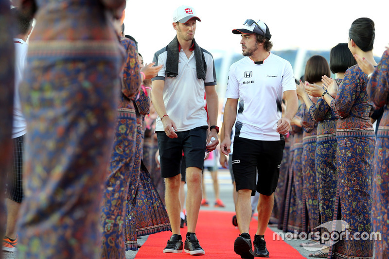 Romain Grosjean, Haas F1 Team; Fernando Alonso, McLaren Honda