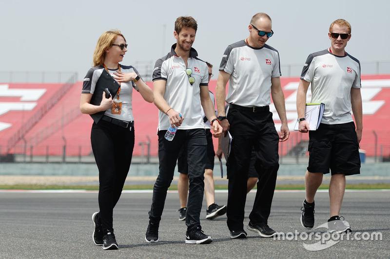 Romain Grosjean, Haas F1 Team camina el circuito con el equipo