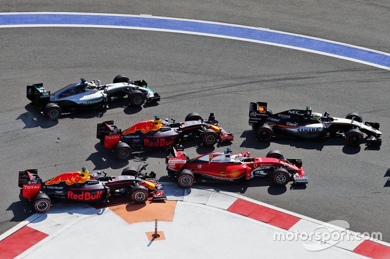 Daniil Kvyat, Red Bull Racing RB12 choca con Sebastian Vettel, Ferrari SF16-H en la arrancada