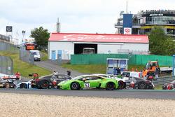 #63 GRT Grasser Racing Team Lamborghini Huracan GT3: Nicolas Pohler, Mirko Bortolotti crash