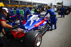 Brendon Hartley, Toro Rosso, arrives on the grid