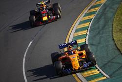 Fernando Alonso, McLaren MCL33 Renault, y Max Verstappen, Red Bull Racing RB14 Tag Heuer