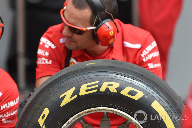 Ferrari mekanikeri ve Pirelli lastikleri