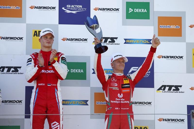 Podio: ganador de la carrera Ralf Aron, PREMA Theodore Racing Dallara F317 - Mercedes-Benz, tercer puesto Mick Schumacher, PREMA Theodore Racing Dallara F317 - Mercedes-Benz