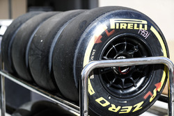 Neumáticos Pirelli en un rack
