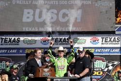 Ganador de carrera Kyle Busch, Joe Gibbs Racing, Toyota Camry Interstate Batteries