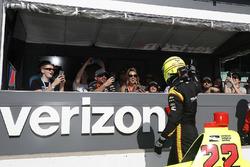 Simon Pagenaud, Team Penske Chevrolet salue les fans dans le Verizon Pit View