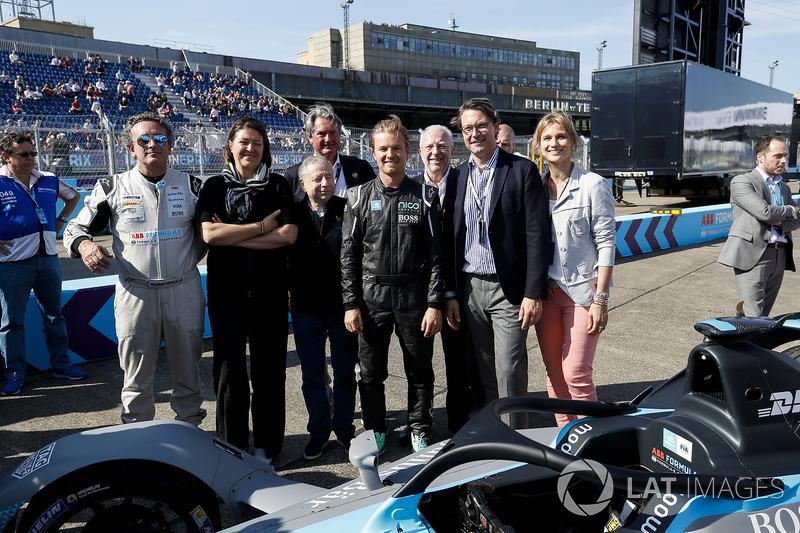 Jean Todt, presidente de la FIA, Alejandro Agag, CEO de Formula E, Nico Rosberg, campeón mundial de Fórmula 1, inversionista de Fórmula E, con el nuevo automóvil Gen2 Formula E