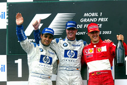 Podio: il secondo classificato Juan Pablo Montoya, Williams, il vincitore della gara Ralf Schumacher, Williams, il terzo classificato Michael Schumacher, Ferrari